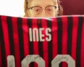 """""""Милан"""" подарил своей 100-летней болельщице клубную футболку с автографами игроков"""