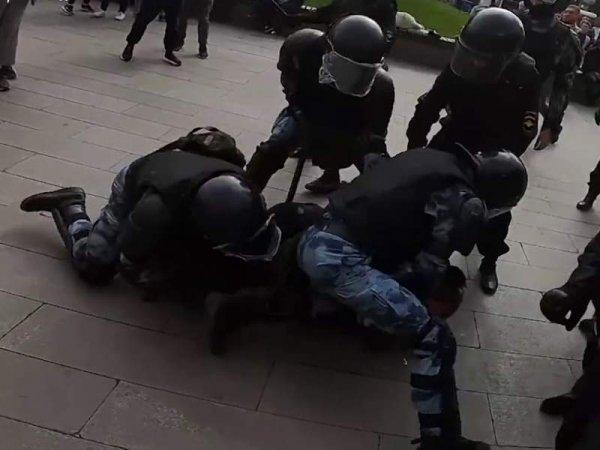 На новом видео задержания Павла Устинова актер валит росгвардеца на землю