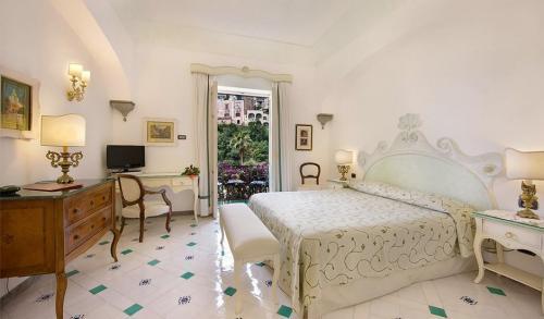 О былом величии напоминают каменная резьба дверных и оконных проемов, мозаичная черепица и роскошная деревянная мебель. Бассейн отеля сохранился практически в первозданном виде.