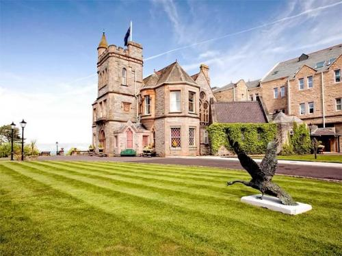 Culloden Estate & Spa В далеком прошлом отель Culloden Estate & Spa был резиденцией ирландских епископов в Белфасте. Сейчас это один из самых красивых отелей во всей Северной Ирландии. Он расположен в 10 минутах езды от центра города, но при этом вокруг раскинулось около четырех гектаров садов, которые обеспечивают потрясающий вид из окна.