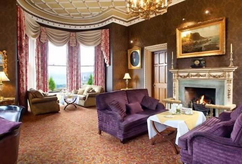 Отель здесь был открыт в 1876-м и полностью обновлен в 2012 году. Однако его обстановка все еще хранит следы былой роскоши. Комнаты обставлены дорогой мебелью в традиционном английском стиле. Отель славится спа- и оздоровительными процедурами далеко за пределами родной Ирландии.