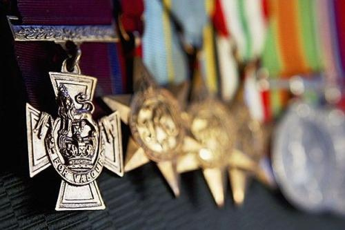 2. Боевые награды Эдварда Кенны Стоимость: $990 000 В 2011 году с молотка ушел комплект медалей и орденов рядового Эдварда Кенны — австралийца по происхождению. Покупатель сохранял инкогнито, однако всем, кто следил за торгами, было очевидно, что завладеть он стремится в первую очередь Крестом Виктории — самой престижной военной наградой Великобритании, которая вручается за выдающийся героизм, проявленный на поле боя. На аукционах Крест Виктории встречается крайне редко: обычно его либо хранят как семейную реликвию, либо передают в музей. Однако потомки Эдварда Кенны распорядились наследством иначе. Свой Крест Виктории Кенна получил за то, что в мае 1945 года в Папуа — Новой Гвинее под ураганным огнем в одиночку напал на вражеский бункер и уничтожил расчет японских пулеметчиков.
