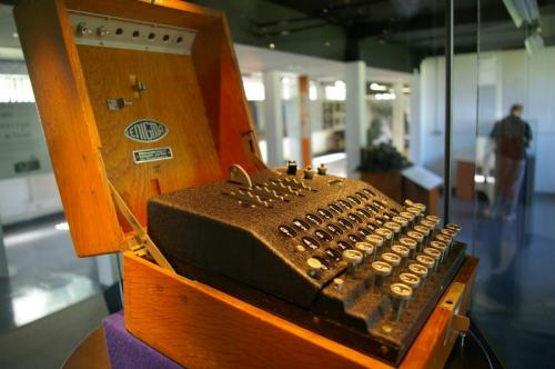 5. Шифровальная машина «Энигма» Стоимость: $208 137 (?133 250) Первые образцы шифровальной машины «Энигма» появились в продаже в 1920-х годах, но широко использовать в военных нуждах этот аппарат начали уже в ходе Второй мировой войны. Большая часть выпущенных к тому времени «Энигм» находилась в распоряжении Третьего рейха. Хотя вероятность взломать код равнялась более 150 000 000 000 000 000 000 к одному, британские дешифровщики все же нашли подход к этому оплоту секретности. После падения гитлеровского режима солдаты победивших армий стали массово вывозить «Энигмы» из Германии, и теперь приобрести раритетную шифровальную машину не составит большого труда. Той, что была продана на Christie's в 2011 году, веса прибавил факт участия в съемках фильма «Энигма», сценарий для которого писал Том Стоппард.