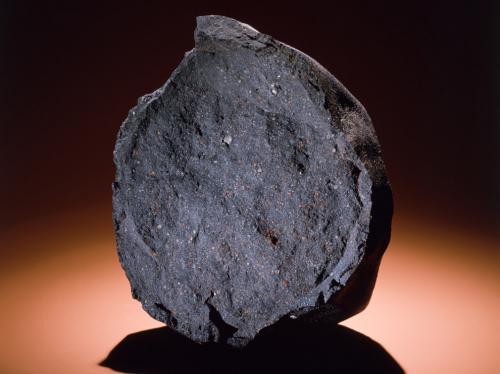 3. Мурчисонский метеорит: самый «живой» метеорит из найденных на Земле (Австралия) Названный в честь австралийского города, близь которого он упал в 1969 году, мурчисонский метеорит (Murchison meteorite) считается самым «живым» из найденных на Земле. Виной тому более 14 тысяч органических соединений, входящих в состав 108-килограмового углистого камня, в том числе не менее 70 различных аминокислот.