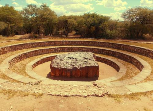 1. Гоба: крупнейший из найденных метеоритов (Намибия) Самый крупный из найденных метеоритов весит более 60 тонн, а его диаметр составляет около 3 метров. Он упал на территорию современной Намибии предположительно 80 тысяч лет назад. Обнаружили небесное тело относительно недавно — в 1920 году владелец фермы Гоба-Уэст (Hoba West Farm), распложенной на юго-западе страны, наткнулся на огромный кусок железа, вспахивая одно из своих полей. В честь фермы находка и получила название.