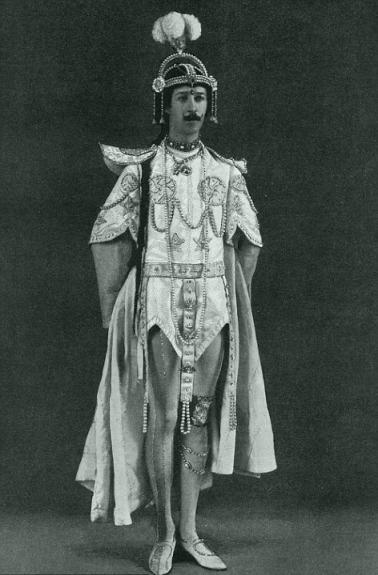 Он носил много колец и пользовался косметикой. На шопинг в Лондоне брал с собой пуделя с розовыми лентами. Из выхлопных труб его автомобилей должен был выходить аромат пачули. Никакого выхлопного газа. Полмиллиарда фунтов Пейджет потратил на золотые аксессуары, такие как булавки для шарфа, экстравагантную одежду с драгоценными камнями. Всей Европе Генри Пейджет был известен как «Танцующий маркиз». Все благодаря тому, что он любил исполнять «Танец бабочки», подражая звезде того времени Лои Фуллер. Он превратил семейную часовню в театр на 150 мест и нанял туда театральную труппу.