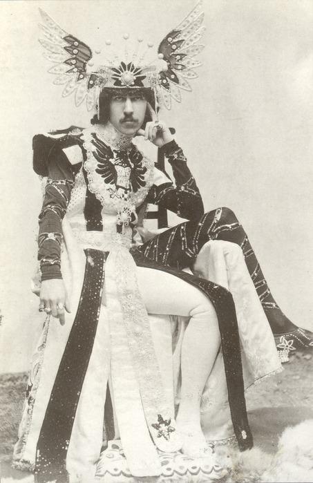 Генри Сирил Пейджет Известен как пятый маркиз Англси. Его родственник, фельдмаршал Генри Уильям Пейджет был назван первым маркизом Англси, после того как он был ранен пушечным ядром в битве при Ватерлоо. Пэйджет любил устраивать представление из всего, начиная с того, как он был одет, и заканчивая тем, как он вел себя на публике. Его отец умер, когда Генри было чуть больше двадцати, и ему ежегодно выплачивались 50 миллионов фунтов стерлингов в сегодняшней валюте.