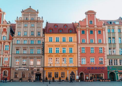 Впрочем, учитывая то, что городу более тысячи лет, даже помимо разноцветных домов, здесь есть на что посмотреть. Например, на гномов, которых в городе довольно много.