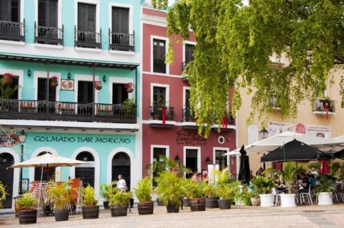 Сан-ХуанСтарый Сан Хуан (Эль Веджо Сан-Хуан) расположен на западе государства Пуэрто-Рико и славится историческими зданиями и постройками XVI-XVII столетий. Его улочки мощены синим камнем, а здания пестрят самыми разными оттенками. Особенно красочен центр города.