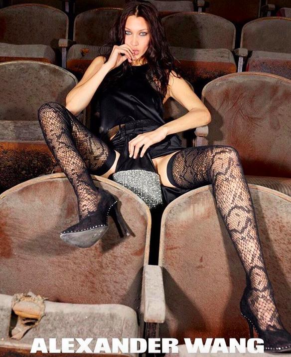 9-е место: Белла Хадид На полмиллиона долларов больше заработала юная Белла. Ей всего-навсего 21 год, а всемирно известные компании уже давно стоят в очереди за право пригласить красотку на съемку. Самые звучные — Dior, Nike, Nars.