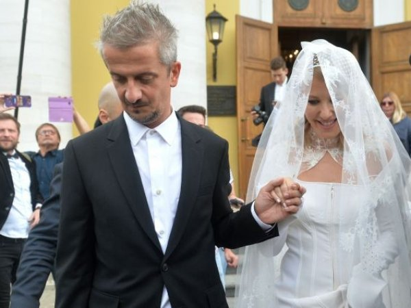 СМИ: Богомолова могут отлучить от церкви после венчания с Собчак