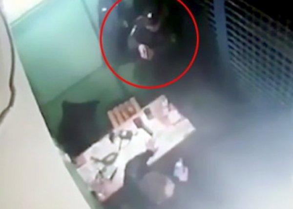 Видео расстрела полицейских коллегой в Москве появилось в Сети
