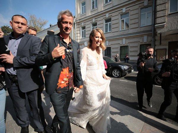 «Войди в меня»: Собчак оконфузилась на свадьбе с Богомоловым и полуголой станцевала пошлый танец