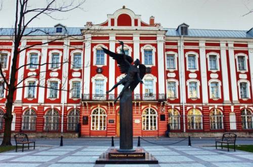 В.В.Путин - Санкт-Петербургский государственный университет СПбГУ считается преемником Академического университета, который был учрежден одновременно с Академией наук указом Петра I в 1724 году. Почти за 300 лет существования ВУЗа с ним были связаны имена многих великих людей.