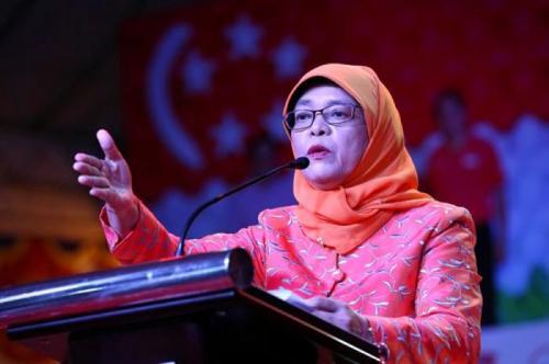 Халима Якоб, Сингапур Она изучала юриспруденцию в Национальном университете Сингапура, где получила сначала степень бакалавра, а затем и магистра права. Начинала свою карьеру в Конгрессе профессиональных союзов, затем стала членом парламента, который позже возглавила и стала первой женщиной-спикером в истории своей страны. В сентябре 2017 года стала президентом Сингапура. Халима Якоб не только успешный политик, но ещё и мама пятерых детей.