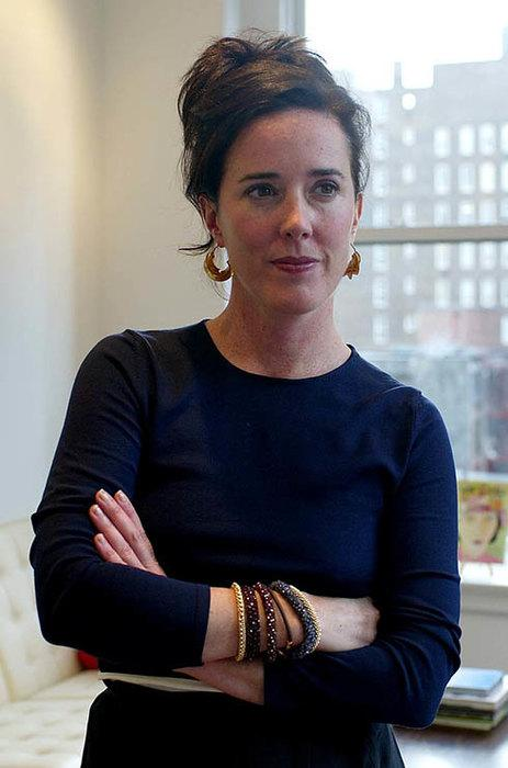 Кейт Спейд Разве глядя на яркую сумку от Kate Spade New York, о которой мечтала каждая модница Манхэттена, можно было подумать о том, какая ужасная смерть ожидает её создательницу?