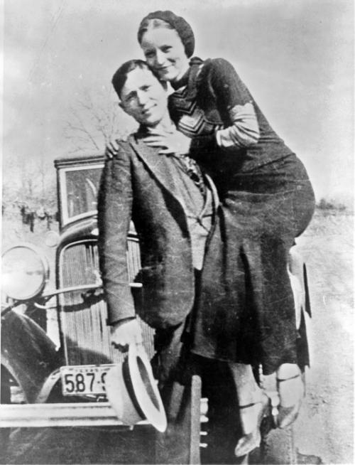 Бонни и Клайд Бонни Паркер и Клайд Бэрроу, наверняка, являются самыми известными и романтизированными американскими грабителями ХХ века. Они познакомились, когда девушке было всего 20, а её возлюбленному всего на год больше. Они были романтиками с большой дороги, обуреваемыми жаждой к деньгам и приключениям. За четыре года пара в составе банды успела ограбить множество небольших магазинчиков, заправок и парикмахерских, однако прославили грабителей более 20 дерзких и жестоких ограблений банков. При этом бандиты не только грабили, но ещё и убивали, как полицейских, так и гражданских лиц.