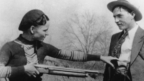 23 мая 1934 Бонни и Клайд попали в засаду, организованную полицейскими. Фрэнк Хеймер, техасский рейнджер, смог просчитать маршрут передвижения Бонни и Клайда, а влюблённые предпочти погибнуть в объятиях друг друга, чем сдаться на милость властей. На двоих они получили 110 пуль.