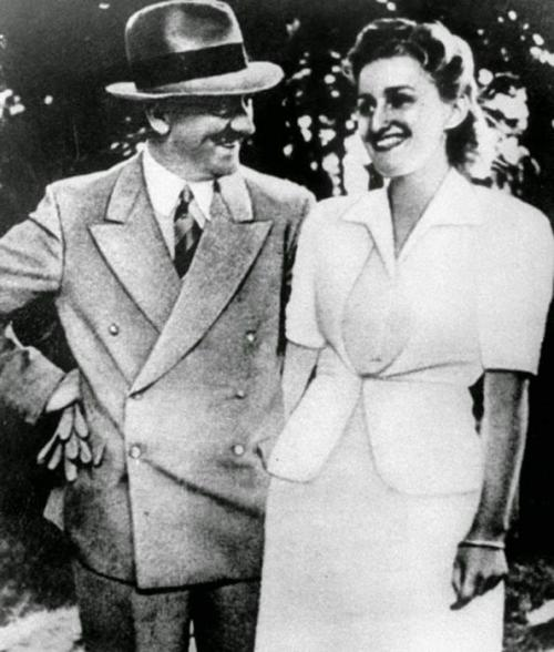 Адольф Гитлер и Ева Браун Ева находилась рядом с Гитлером на протяжении многих лет: они познакомились в 1929 году, когда девушке было 17, а Адольфу уже 40. Но его женой она стала чуть больше, чем за сутки до гибели. Они приняли решение добровольно расстаться с жизнью, когда узнали, что русские войска уже вышли на Вильгельмштрассе. 30 апреля 1945 года, около 15 часов 30 минут Ева Браун и Адольф Гитлер покончили с собой в кабинете в бункере, предварительно попрощавшись с приближёнными.