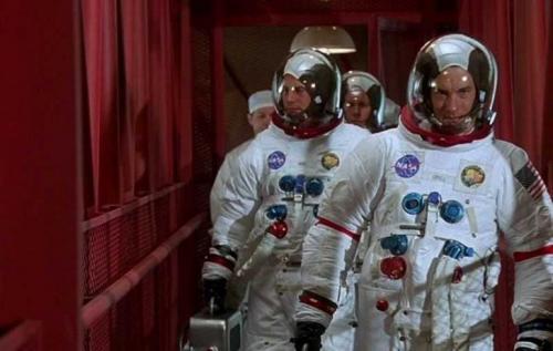 2. «Аполлон 13» (1995) Отличный фильм-катастрофа, благодаря которому в наш обиход прочно вошла фраза «Хьюстон, у нас проблемы». В кинокартине описываются события 1970 года, когда на Луну отправили третью по счету экспедицию. Сначала все шло по плану, но затем на борту корабля взрывается кислородный баллон, что исключает совершение посадки на спутник Земли. Команда астронавтов начинает работать над планом по выживанию и возвращению домой. Кстати, в финале фильма появляется реальный участник экспедиции «Аполлон 13» Джеймс Ловелл и жмет руку Тому Хэнксу, который играет его в фильме.