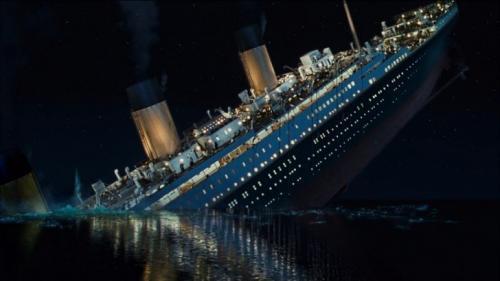 3. «Титаник» (1997) Фильм основан на реальных событиях, произошедших в 1912 году. Огромный пассажирский океанский лайнер «Титаник», следовавший из британского Саутгемптона в американский Нью-Йорк, затонул после столкновения с айсбергом в северной части Атлантики, унеся жизни более чем 1500 пассажиров. Фильм, если не считать романтическую историю Розы и Джека, снят очень достоверно. Режиссер картины, Джеймс Кэмерон использовал огромное количество документальных материалов, в том числе материалы расследования гибели судна, его чертежи и мемуары выживших в этой ужасной катастрофе.