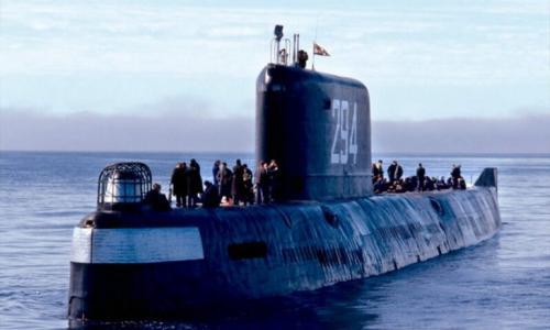 5. «К-19» (2002) Фильм рассказывает о событиях холодной войны. На новейшей советской атомной подводной лодке происходит авария, последствия которой могут быть самыми трагическими. Все осложняется обстановкой самой строгой секретности, поэтому перед командиром корабля, которого сыграл Харрисон Форд, стоит непростой выбор — спасти экипаж или выполнить до конца свой долг, но при этом погубить людей. Несмотря на то что картина основана на реальных событиях, эксперты признали достоверным только один небольшой отрывок фильма, в котором происходит монтаж аварийной системы охлаждения. Впрочем, это не помешало фильму войти в топ-5 лучших фильмов катастроф.