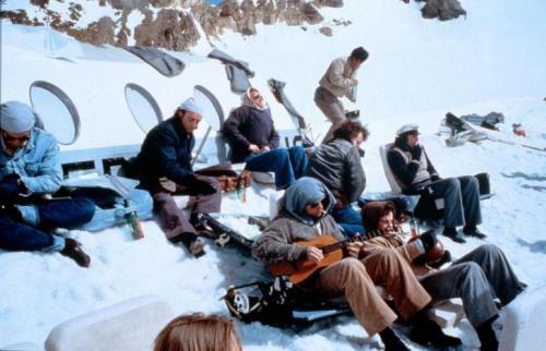 1. «Живые» (1993)«Живые» — это реальная история сборной Уругвая по регби, самолет которой упал в высокогорном районе Анд. У спасателей нет даже приблизительных координат места падения лайнера, а обильный снег, лежащий на склонах гор, мешает увидеть обломки с воздуха. В итоге наступает момент, когда спасательная экспедиция сворачивается и выжившие в катастрофе оказываются брошены на произвол судьбы. После того как закончились скудные запасы пищи, перед выжившими встала дилемма — умереть от голода или начать есть погибших товарищей. Один пассажиров — Нандо Паррадо, решает организовать небольшую экспедицию за помощью, которой предстоит пересечь заснеженный горный хребет и привести подмогу. Консультантами создателей картины выступили реальные участники событий.