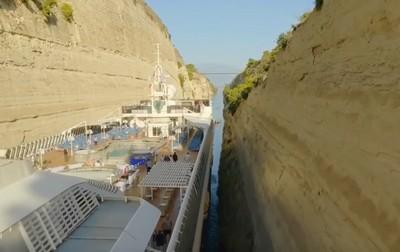 Через узкий канал «протиснулся» крупнейший в истории лайнер