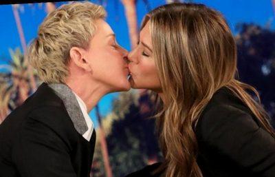 Дженнифер Энистон поцеловала телеведущую в губы в прямом эфире