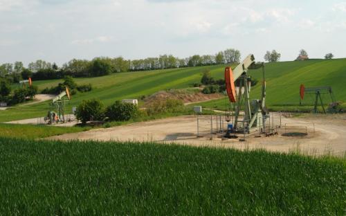 Zistersdorf UT2A (Австрия, 8553 м) В 1977 году в районе венского нефтегазоносного бассейна, где скрывалось несколько небольших месторождений нефти, была пробурена скважина Zistersdorf UT1A. Когда на глубине 7544 м обнаружились неизвлекаемые запасы газа, первая скважина неожиданно обрушилась, и компании OMV пришлось пробурить вторую. Однако на этот раз проходчики не нашли углеводородных ресурсов глубокого залегания.