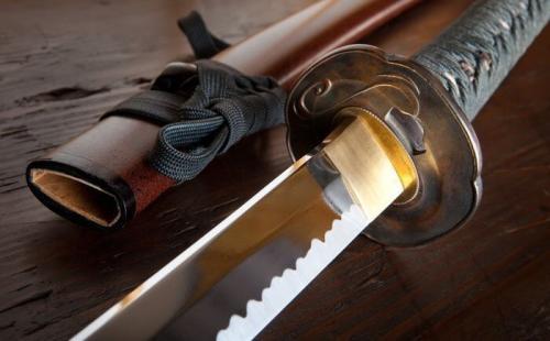 Меч Кусанаги Легенда о мече кусанаги, известного под названием «меч в змее», рассказывает о том, что его нашли в теле дракона с восьмью головами, который был убит богом грозы и морей. Меч всегда считался символом могущества и доблести императоров Японии и свидетельством того, что японская династия имеет небесное происхождение, а именно происходит от богини Солнца и имеет полное право на власть. На протяжении нескольких веков меч никто не видел, но принято считать, что он находится в святилище Атсута в Нагано. Во время коронации императора его выносят на церемонию, но так как он всегда завернут в материю, никто толком его не видел. Во всем мире гадают, существует ли меч на самом деле. В документах и в устных рассказах меч упоминают, но это не является подтверждением его существования. В конце Второй мировой войны, когда император Японии отрекся от божественного происхождения своей власти, приказал все же хранить и оберегать императорские регалии, к которым меч и относится.