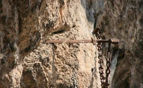 Дюрандаль Уже несколько столетий в скале над часовней Нотр-Дам в Рокамадуре, Франция, торчит святой меч Дюрандаль, который в свое время, как утверждает легенда, воткнул рыцарь Роланд, чтобы тот не достался врагам. Более десяти столетий паломники посещали это святое место, пока местные власти в 2011 году не вырезали меч из горы, и не перенесли его в музей Средневековья. Как всегда возникают сомнения по поводу оригинальности меча. Рыцарь Роланд - известная историческая личность, а битва, в которой он погиб, упоминается в документах, но произошла она в другом месте, в долине Ронсенваль, и вряд ли герой смог бы метнуть меч на сотни километров. Впервые о мече заговорили монахи часовни Рокамадура спустя сотни лет, тогда же и появилась «Песнь о Роланде». Дело в том, что в часовне Рональд начинал свое последнее путешествие.