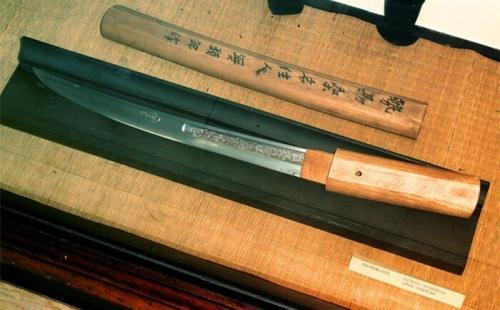 Проклятие мечей Мурамаса Известно, что Муромаса – это японский мечник и кузнец, который, по легенде, постоянно молил богов, чтобы они наделили его мечи самой разрушительной силой. И боги услышали мастера, и наделили его уникального качества мечи кровожадным демоном. С тех пор многие владельцы меча либо сходили с ума, либо были убиты. Дело в том, что оружие постоянно должно подпитываться кровью, а если хозяин некоторое время не принимал участие в битвах, то погибал сам. Поэтому и возникла версия о проклятии, которым были награждены мечи Мурамасы. В результате приказом сегуна Токугава Иэясу, у которого умерли практически все члены семьи (дед погиб от меча, а отец и сам сегун были им ранены), было запрещено их использовать. По легенде, жена и приемный сын сегуна тоже погибли от меча. Но, возможно, дело не в проклятиях, а в том, что это оружие часто использовали в то время в Японии, так как оно было очень качественным, и его массово выпускали мастера школы Мурамасы на протяжении столетий. А все, что случилось с семьей сегуна, можно считать совпадением.