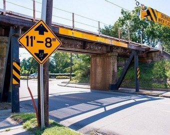 «Мост глупости» срезал крыши 110 грузовикам