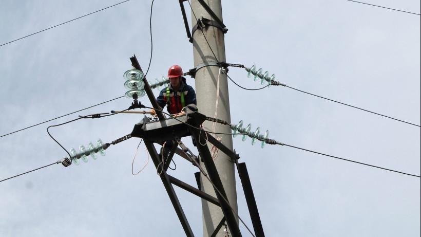 Энергетик чинит линию электропередачи