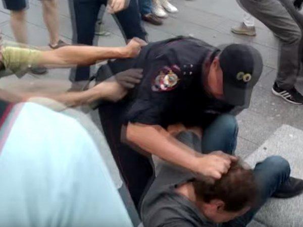 Опубликовано новое видео нападения на росгвардейца во время летней акции протеста в Москве
