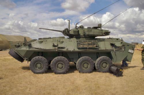 4. LAV-25 Вернемся на землю. Интересно, что главную бронемашину США делают вовсе не в штатах. Легкобронированный LAV-25 производится в Канаде. Куда интереснее то, что данная машина является продуктом глубокой модификации швейцарской MOWAG Piranha I. Броня способна защитить экипаж от осколков и пуль, а в качестве главного оружия используется 25-мм автоматическая пушка.