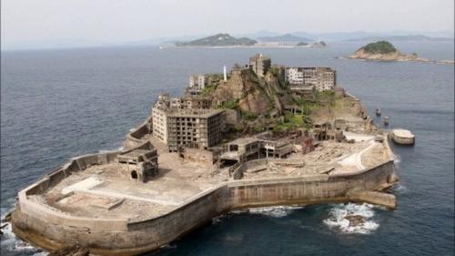 Работа была очень тяжелой, поэтому во время войны японцы стали привозить сюда пленных китайцев и корейцев, многие из которых умерли от слишком тяжелых условий труда. Людей здесь хватало — здесь было 30 больших жилых корпусов, 25 магазинов, школа, бассейны, больницы и собственное кладбище. К 70-м годам угольная промышленность на Хасиме стала сходить на нет и в 1974 годы все шахты на острове закрыли.