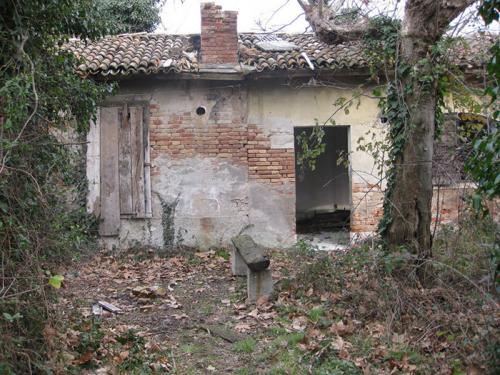 Остров Повелья, Италия В 1776 году на этом острове был создан карантинный изолятор для моряков, которые приплывали в Венецию. В начале ХХ века этот остров снова использовали для карантина, а в 1922 году на острове открыли психиатрическую больницу, которая, собственно, и просуществовала до 1968 года. Местные слухи утверждают, что почва на острове до 50% состоит из останков умерших на острове людей.