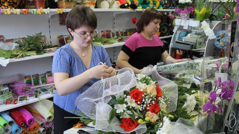 Почти 1,5 тысячи объектов торговли Подмосковья предложат цветы ко Дню учителя
