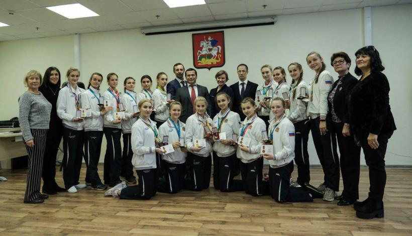Роман Терюшков наградил подмосковных спортсменок и тренеров по эстетической гимнастике