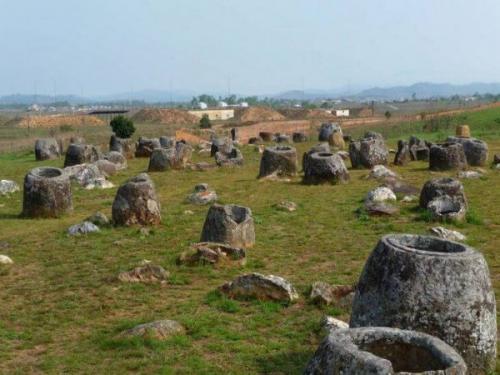 Неразгаданная тайна «Долины кувшинов» породила множество легенд. Местные жители верят, что каменные ступы были созданы великанами, населявшими эти земли. Ученые предполагают, что «кувшины» были погребальными сооружениями. В них древние люди кремировали своих почивших родственников. Примечательно, что близ Пхонсавана никогда не было залежей камня. Скорее всего, ступы были завезены сюда издалека.