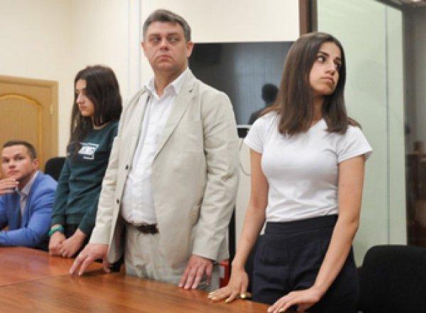 Сестры Хачатурян показали, как убивали отца-тирана (ВИДЕО)