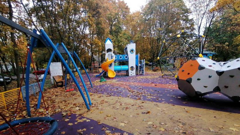 Современные детские площадки установили в 9 парках Подмосковья