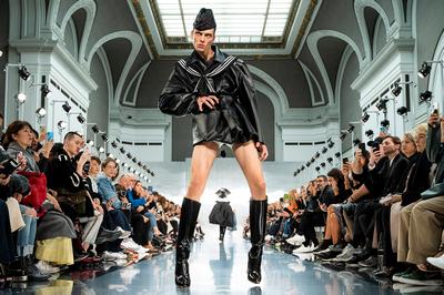 Странная походка модели на подиуме шокировала зрителей