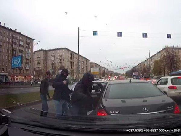 """Участники дерзкого ограбления """"Мерседеса"""" в Москве задержаны: видео нападения шокировало Сеть"""