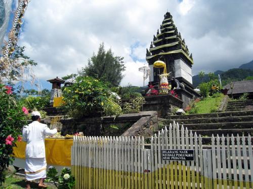 2. Индонезия В то время как Бали может показаться слишком туристическим и переоцененным для обычного туриста, в Индонезии все еще есть несколько интересных мест, которые стоит посетить. Ломбок — один из таких островов в этой области, который стоит своих денег, но все же дает возможность увидеть и сделать некоторые памятные вещи. Местные жители здесь очень дружелюбны, и, поскольку это популярное направление, обычно есть и другие туристы, с которыми можно подружиться. Здесь отличная еда, и они делают невероятные рыбные блюда и мясные карри или тушеные блюда, чтобы насытить вас задешево. Если вы хотите сократить свои расходы на проживание, общие номера могут быть очень дешевыми, но даже ваша собственная хижина будет стоить всего около 10 долларов.