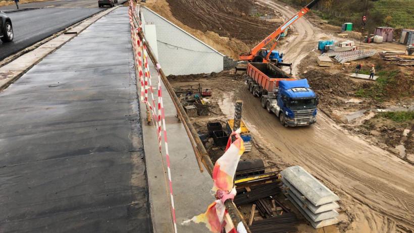 Укладка асфальта завершена на строящемся мосту через реку Копнинка в Сергиевом Посаде