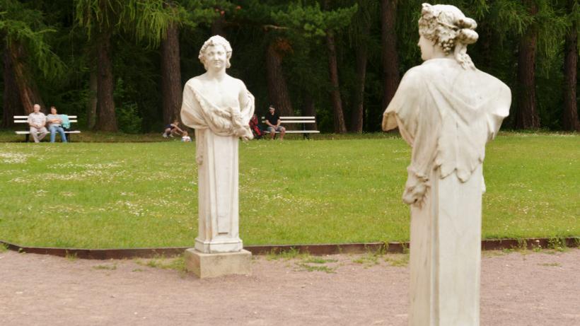 Скульптуры в усадебном парке