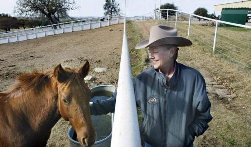 Примечательно, что в свои 70 лет наследница Wal-Mart живет одна на своем ранчо в Техасе, где разводит лошадей. Семьи у нее нет и не было.